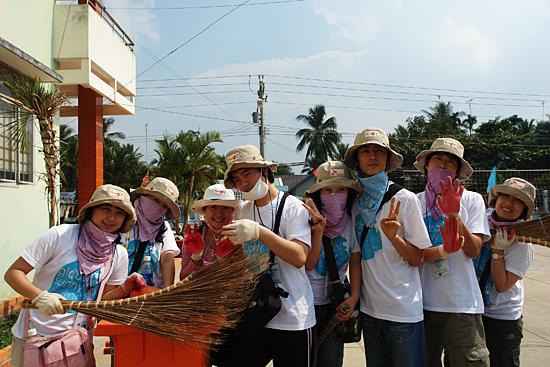 즐거운 마음으로 환경 미화에 참여중인 써니들