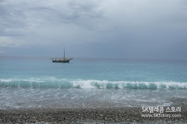 니스 바다의 외로운 배 한 척