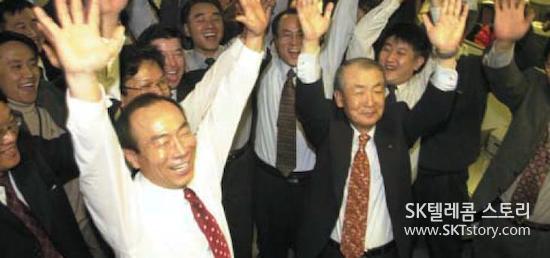 IMT-2000 사업권 획득 소식에 환호하고 있는 SK텔레콤 임직원 (2000. 12. 15.)