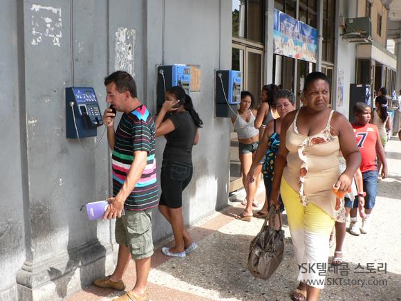 쿠바 공중전화, 동전용 아닌 '카드전화기'가 많았다. 카드 구입은 어디서 하는지 도통 알 길이 없었다. 국제 전화는 호텔에서 '거금'을 지불해야 가능했다.