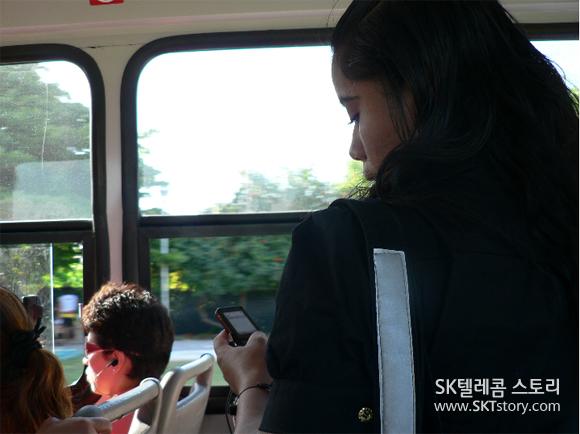 칸쿤 버스 안에서 만난 멕시코 사람들. 휴대폰을 두 손으로 감싸 쥐고 있는 사람. 문자를 보내는 버스 승객