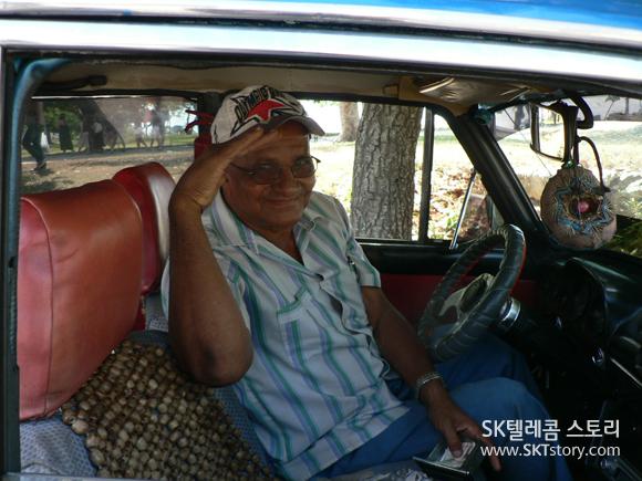 하바나에서 택시 영업하는 기사 아저씨. 쿠바인들의 환한 웃음은 어디든 나를 따라다녔다.