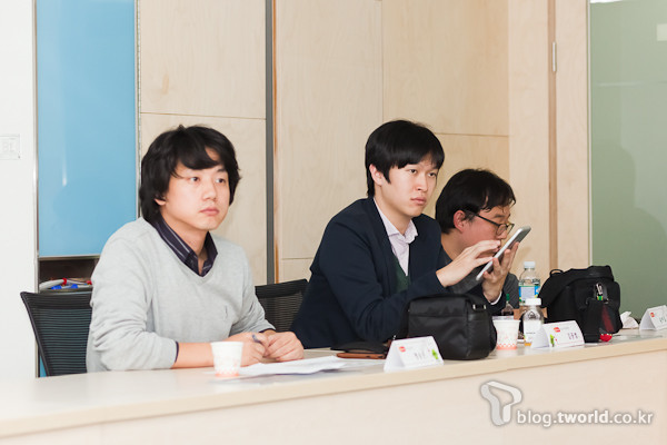 블로거들의 의견을 경청하고 있는 TNM 명승은 대표(왼쪽 첫번째)