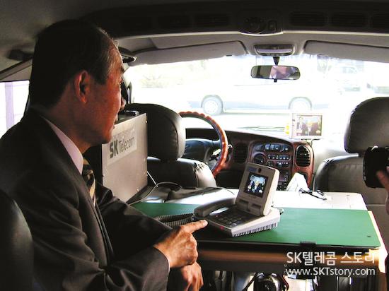 세계 최초 국가간(SKT 분당 네트워크 연구원-일본 NTT도코모) 영상시험통화중인 조정남 사장 (2000. 1. 27.)